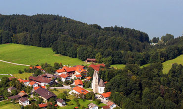 Luftbild vom Simssee und Hirnsberg mit dem Gasthaus Hilger