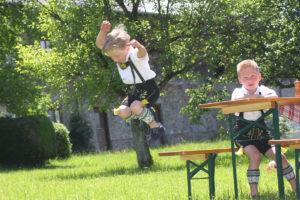 Spielende Buam in Lederhosen im Biergarten in Hirnsberg